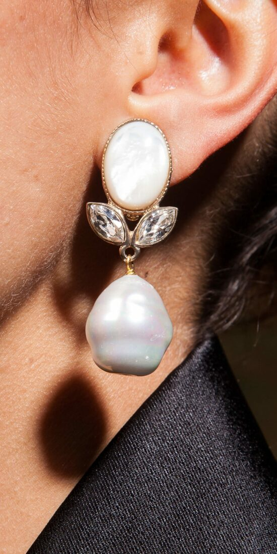 pf11-personnalisee-cabochon-nacre-navettes-cristal-blanc-perle-baroque-blanche-portee