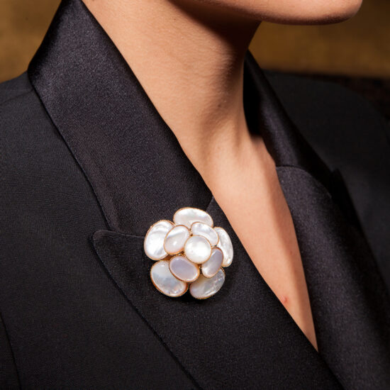 broche-miss-camelia-nacre-mc31-portee